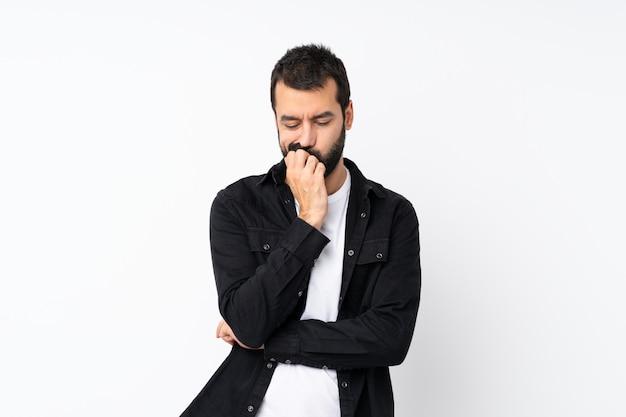 Молодой человек с бородой, имеющий сомнения