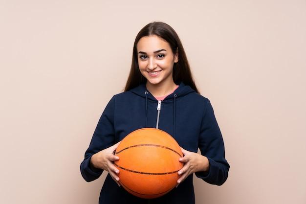 バスケットボールのボールを持つ若い女性
