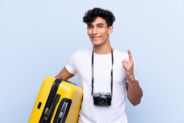 素晴らしいアイデアを指している若いアルゼンチン人旅行者男