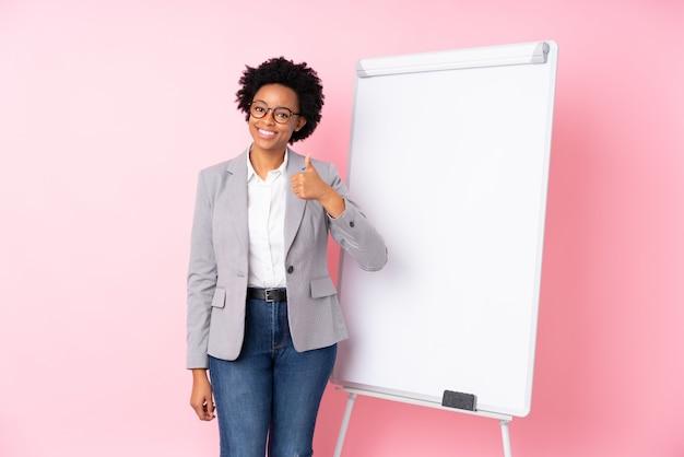 孤立した壁の上の若いビジネス女性