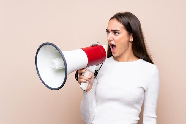 Молодая женщина за изолированные кричать через мегафон