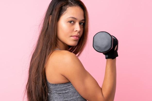 ピンクの上のブラジルのスポーツ女性