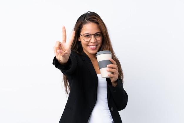 Молодой бизнес бразильская девушка держит кофе, чтобы забрать