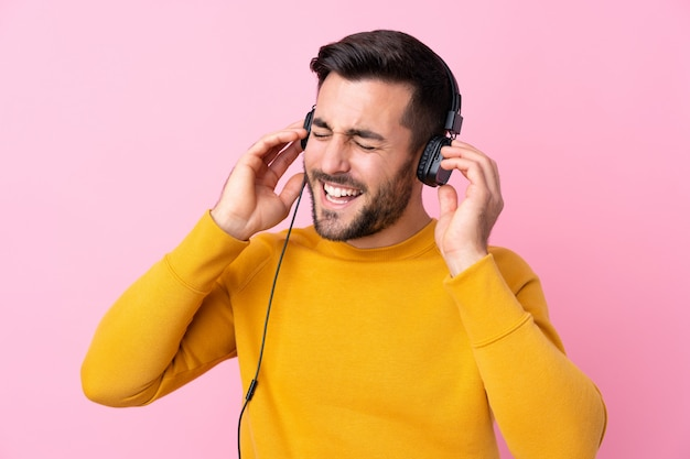 Молодой красивый мужчина с бородой, слушая музыку