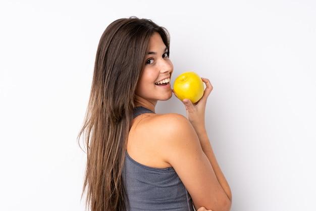 リンゴとティーンエイジャーのブラジルの女の子
