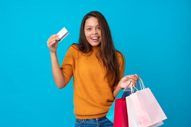 買い物袋を持つ若いブラジル人女性