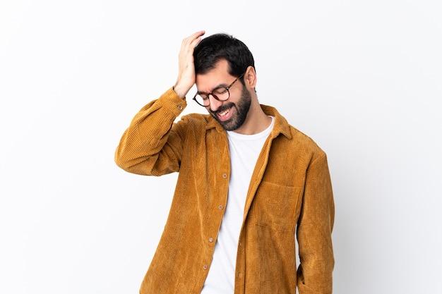 孤立した白い壁にコーデュロイのジャケットを着たひげを持つ白人のハンサムな男は、何かを実現し、解決策を意図している