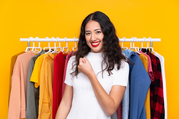 勝利を祝って衣料品店で混血の女性