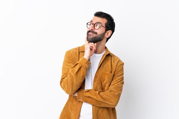メガネと黄色のシャツを持つ男