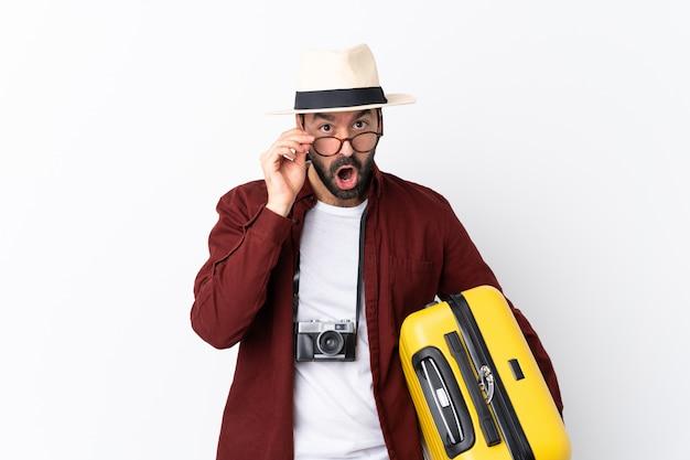 スーツケースを持つ旅行者男