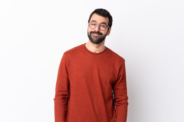 Человек с красным свитером и очками позирует