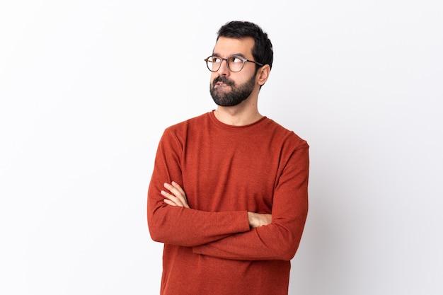 赤いセーターのポーズを持つ男