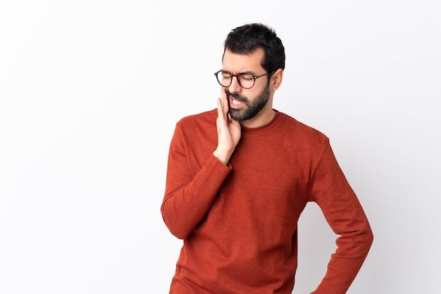 Мужчина в красном свитере позирует