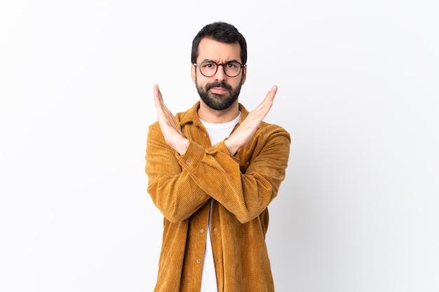 Кавказский красавец с бородой носить вельветовый пиджак на белом, делая жест