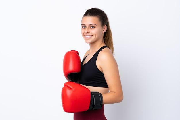 Девушка спорта подростка над изолированной белизной с перчатками бокса