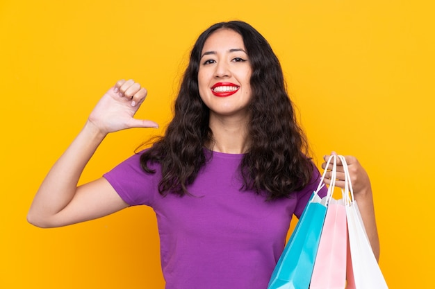 スペイン語の中国人女性の買い物袋を誇りに思って、自己満足