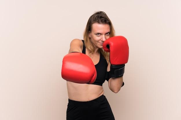 Блондинка спортивная женщина с боксерскими перчатками