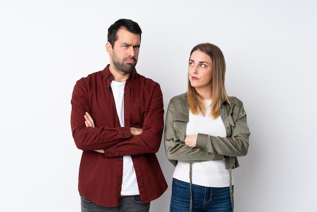 孤立した壁の上のバレンタインの日のカップルが激怒ジェスチャーで怒っています。