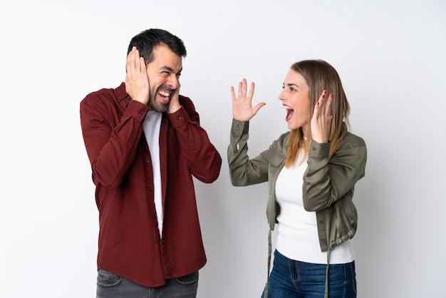 Пара в день святого валентина на изолированной стене разочарованы и кричат