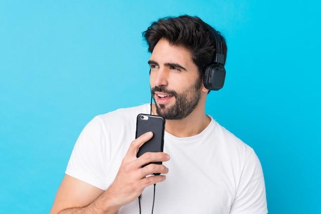 Молодой человек слушает музыку