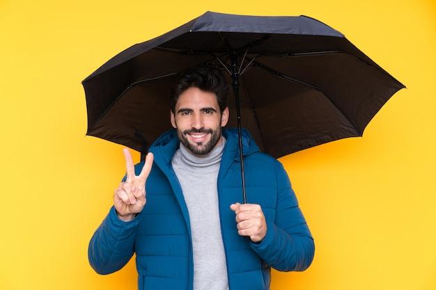 傘を持つ若い男