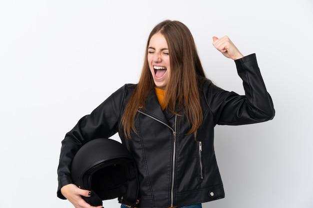 Молодая женщина с мотоциклетным шлемом