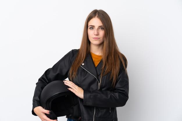 オートバイのヘルメットを持つ若い女性
