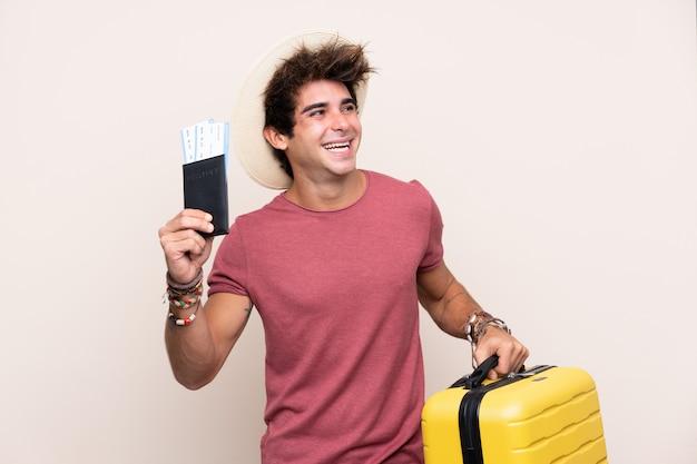 若い旅行者の男
