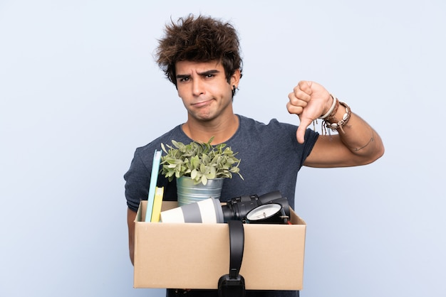 物でいっぱいの箱を運ぶ男