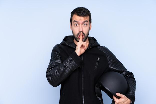 Молодой человек с мотоциклетным шлемом