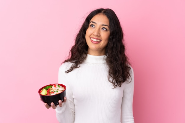 麺を持つ若い女