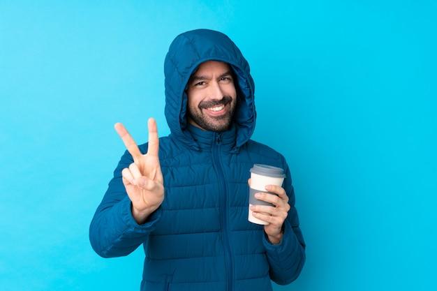 雪のコートを持つ男