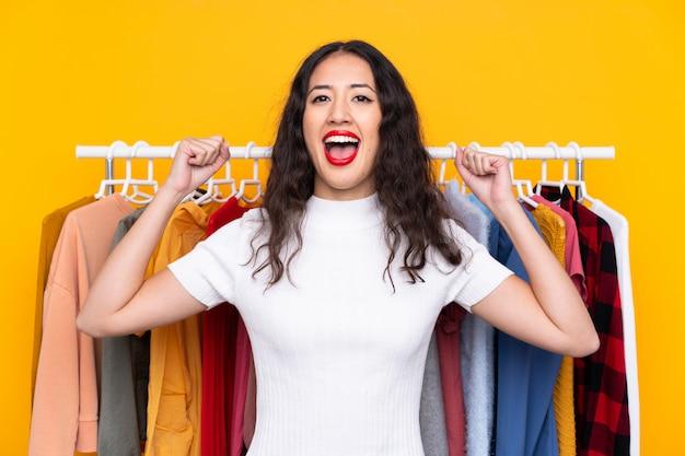 Молодая женщина в магазине одежды