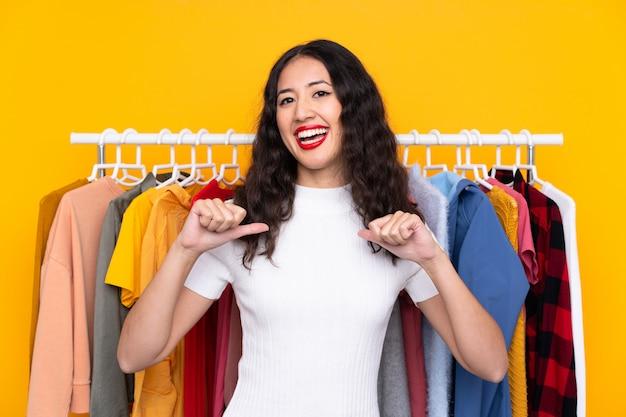 衣料品店の若い女性