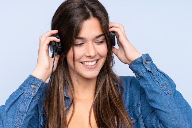 ティーンエイジャーの女の子が音楽を聴く