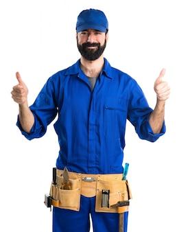 Водопроводчик с пальцем вверх