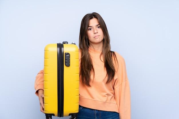 スーツケースを持つ旅行者の女性