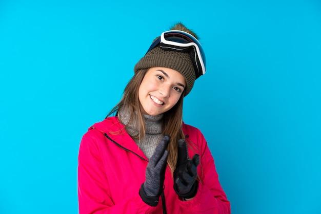 Молодая девушка в снежных очках