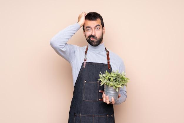 彼の手に植物を持つ庭師男