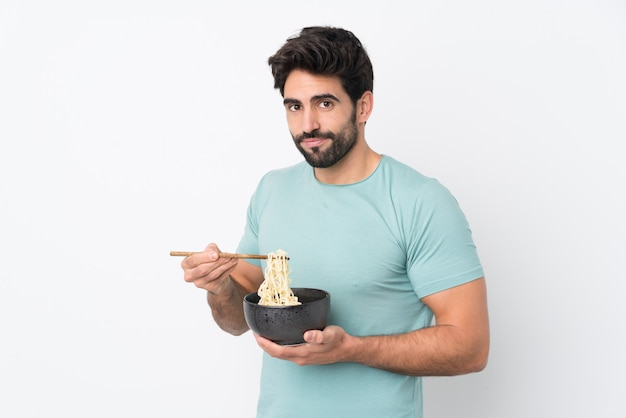 孤立した壁に麺を食べる男