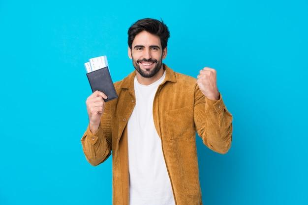 隔離された壁を越えてパスポートを保持しているひげを持つ旅行者男