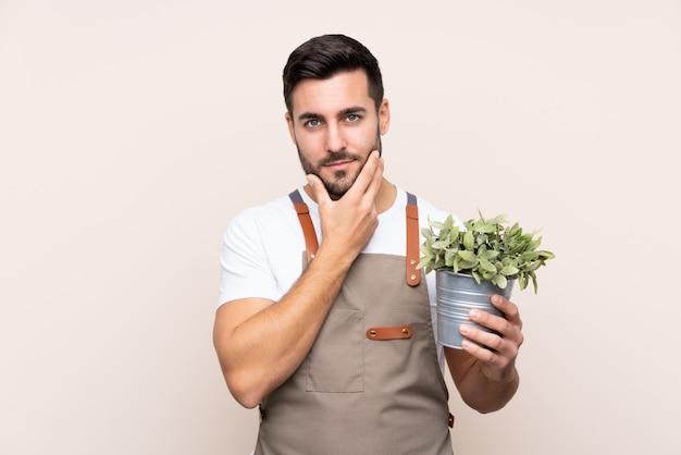 孤立した壁の上の若い庭師男