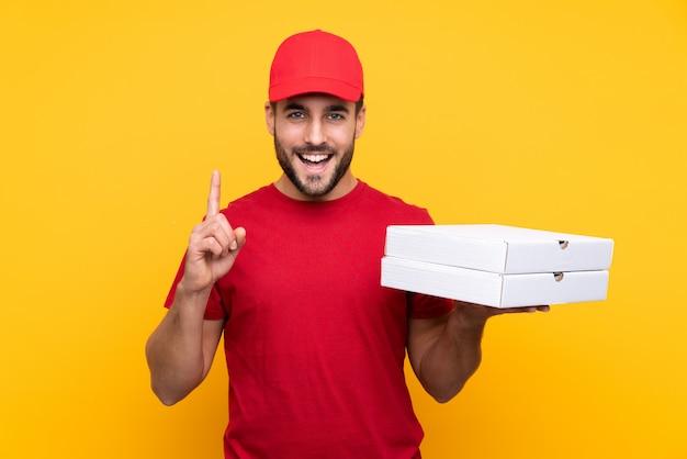 孤立した壁を越えてピザの箱を引く男