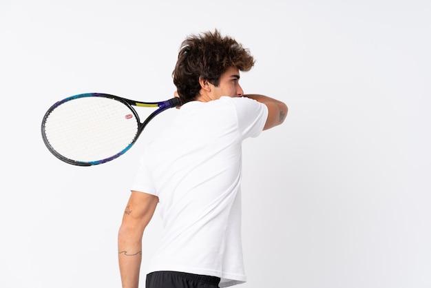 Человек играет в теннис над изолированной стеной