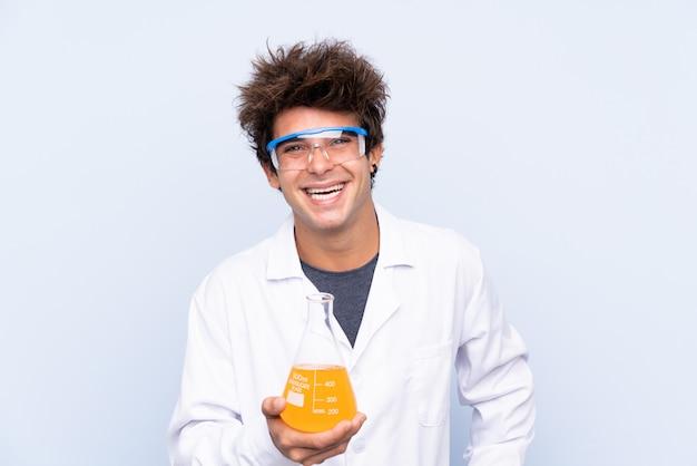 孤立した壁の上の科学者男