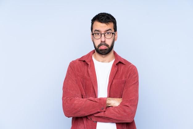 Человек с бородой над синей стеной