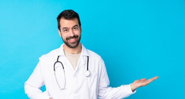 孤立した孤立した壁の上の医者男