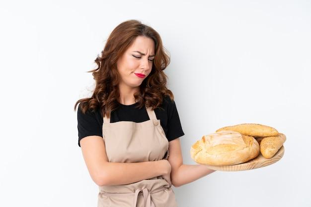 孤立した壁の上のパン屋の女性