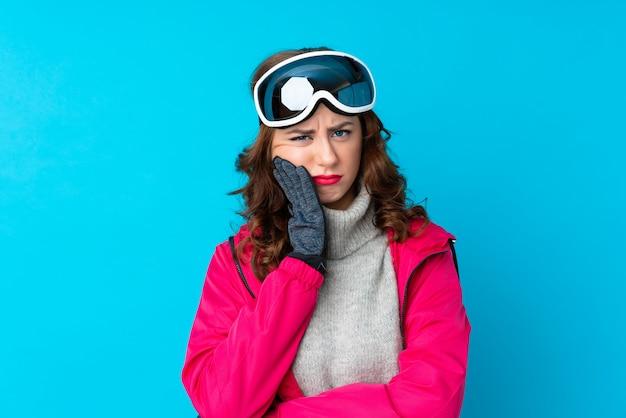 孤立した壁の上の雪のメガネの女の子
