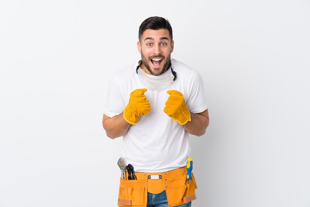 勝利を祝う孤立した白い壁の上の職人や電気技師の男